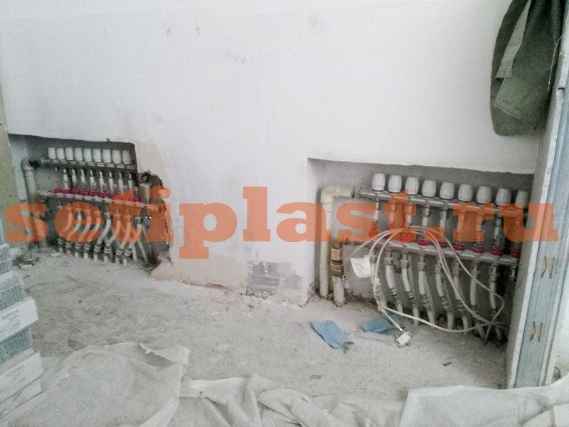Пластиковые трубы в нишах стены