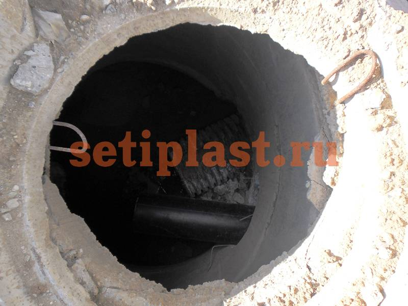 Ввод трубы ПЭ в колодец