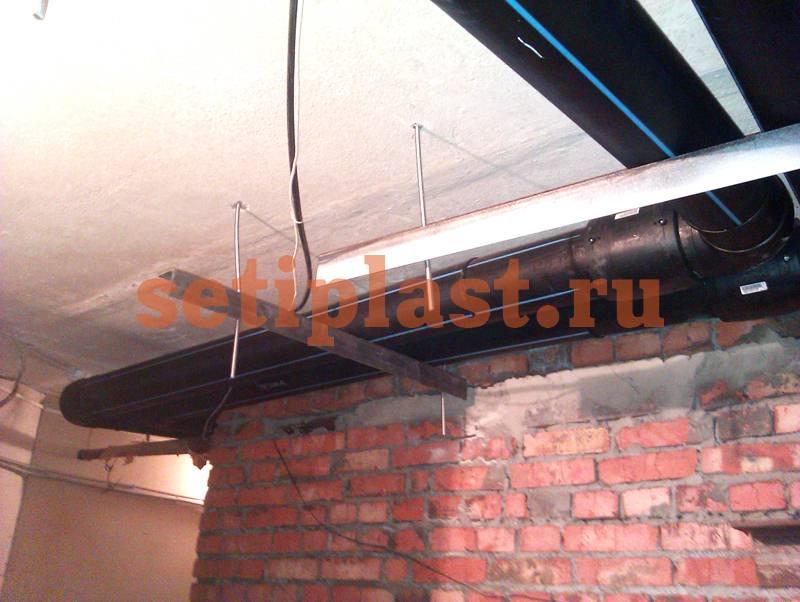 ПЭ труба под потолком